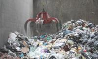 Saisie des déchets avec une pince géante